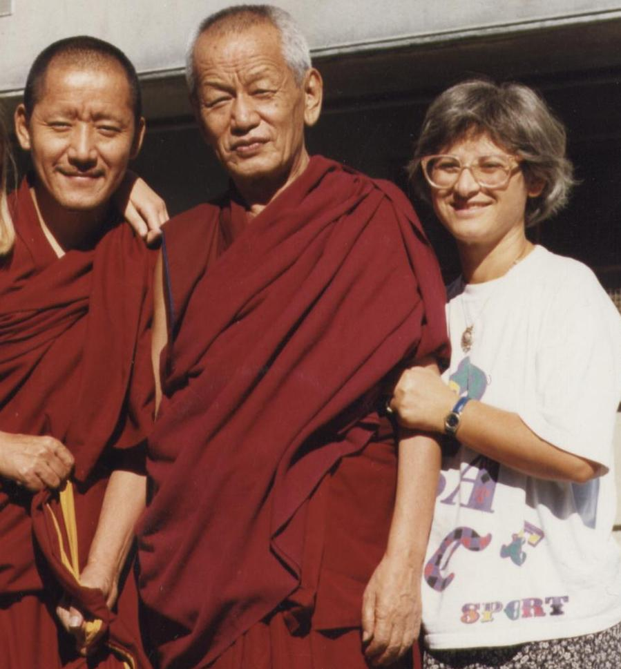 Il Ven. Ghesce Yesce Tobten col suo attendente Ven. Lobsang Donden e Graziella Romania nel 1997.