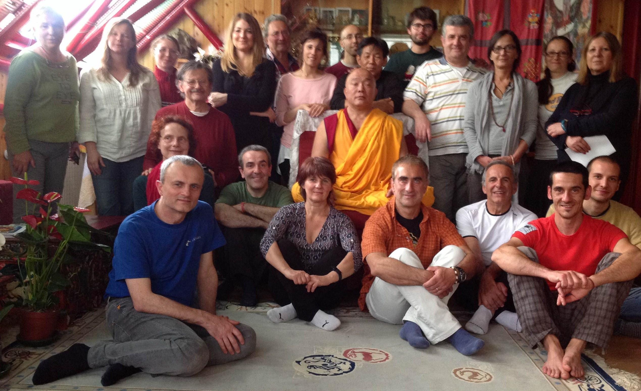 Il Ven. Ghesce Tenzin Tenphel coi partecipanti al suo insegnamento al Centro Studi Tibetani Sangye Cioeling di Sondrio il 17 maggio 2014