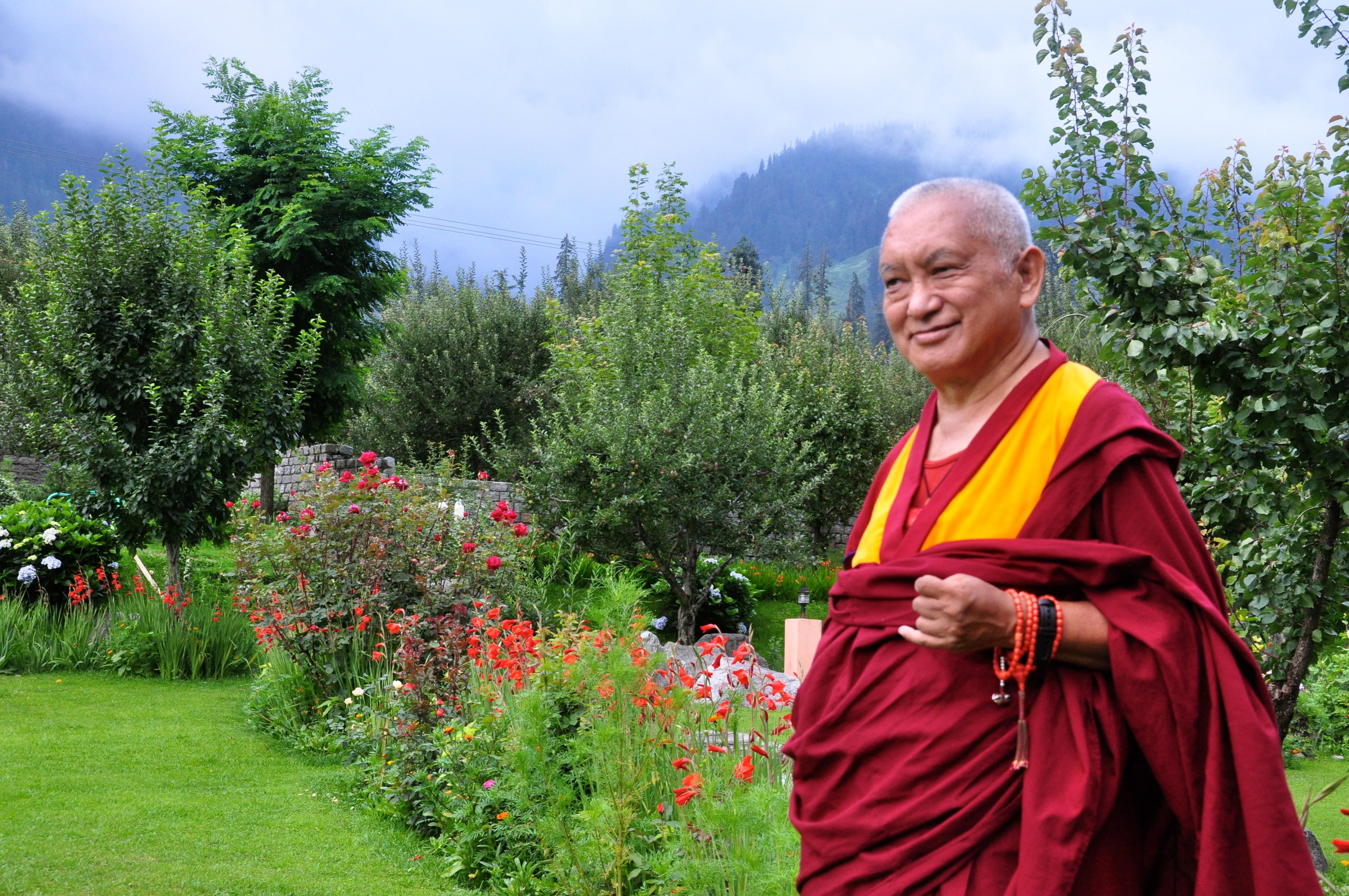 Lama Zopa Rirnpoche: Col pensiero incommensurabile della gioia, si dona agli esseri senzienti.