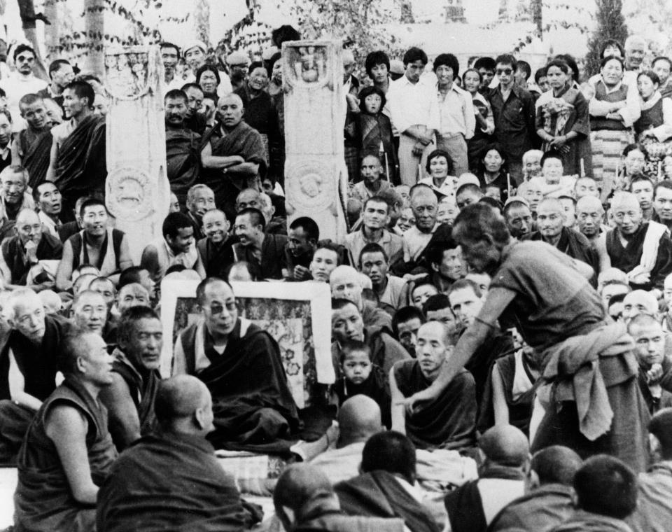 Il Ven. Ghesce Yesce Tobden al suo dibattito conclusivo, in presenza di Sua Santità il Dalai Lama finale ed i grandi lama, per il conseguimento del titolo di Ghesce Larampa o dottorato PhD nella dottrina buddista.