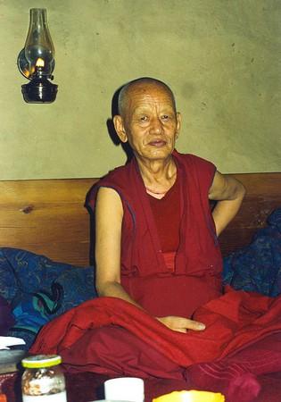 Ven. Ghesce Yesce Tobden: Il Dharma è un ottimo metodo per risolvere i propri problemi e per poter aiutare gli altri a risolvere i loro. È anche il metodo migliore per poter far sorgere e generare un buon cuore, per poter essere buoni con tutti, generando amore e compassione.