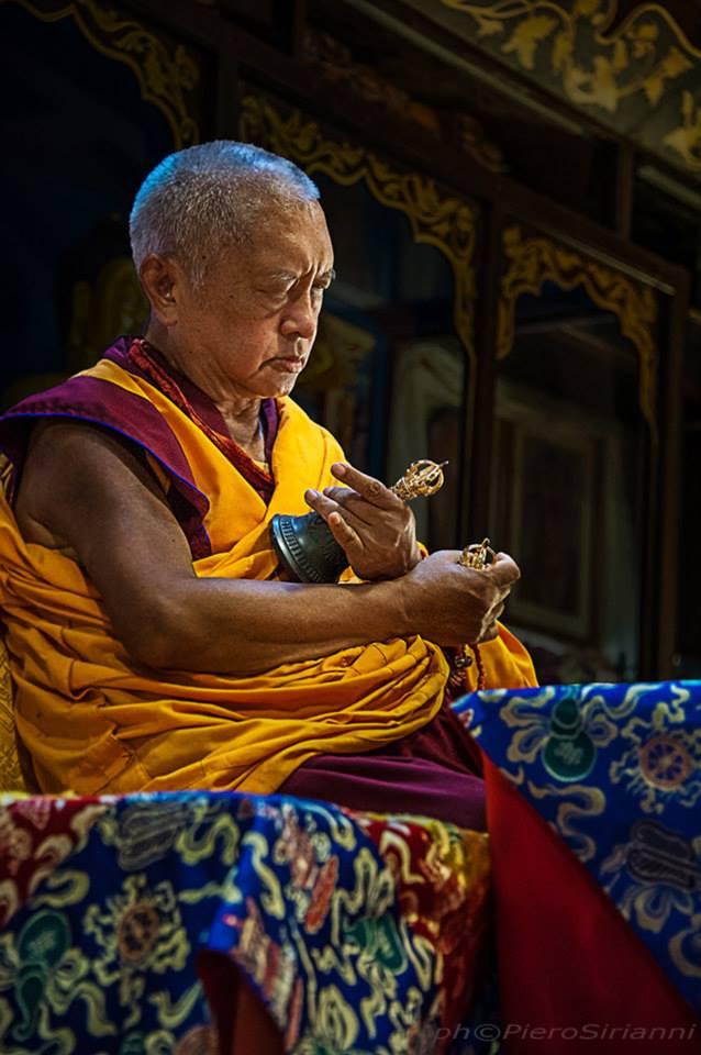 Kyabje Lama Zopa Rinpoche: Offrendo il SUR realizziamo i pensieri in accordo al Dharma liberandoci dalle interferenze e rinascendo nella terra pura della grande beatitudine e altro, e completiamo le due raccolte e otterremo lo stato di Buddha.