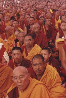 migliaia di monaci ascoltano gli insegnamenti di Sua Santità