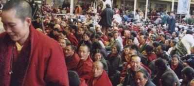 Monaci e fedeli tibetani ascoltano Sua Santità