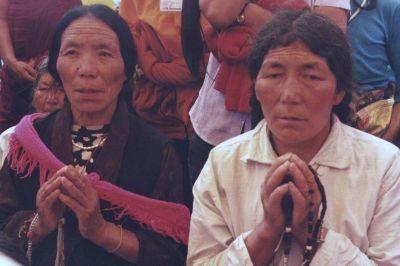 Tibetans devoted in pray