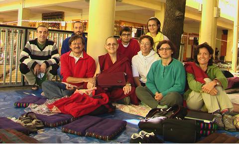 Foto di gruppo (da sinistra a destra: Giovanni, Luciano, Luca, Bonnie, Alessandro, Anna Maria, Alice, Graziella, Elisabetta) con la venerabile Ani Bonnie