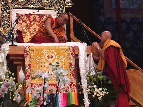 Sua Santità il Dalai Lama sì consulta con il suo interprete