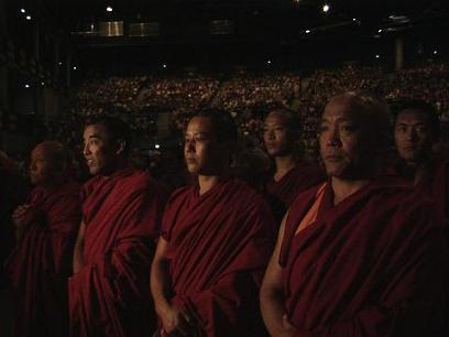 la sala con i monaci in prima linea