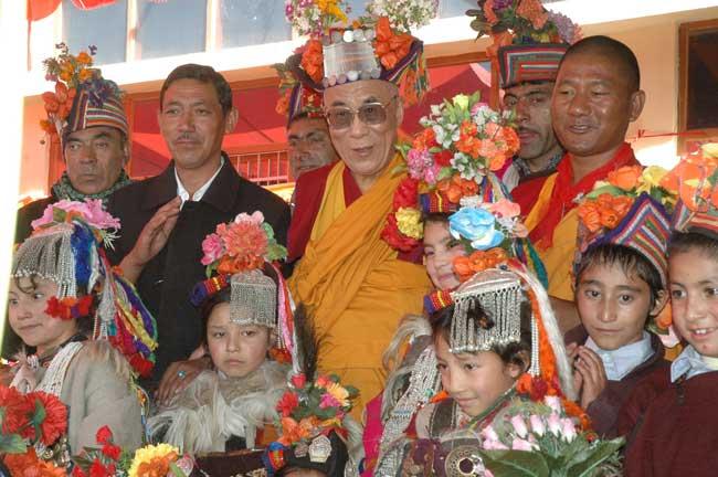 Sua Santità il Dalai Lama col tipico cappello dei nomadi Drogpa durante la visita della Jamyang School a Leh.
