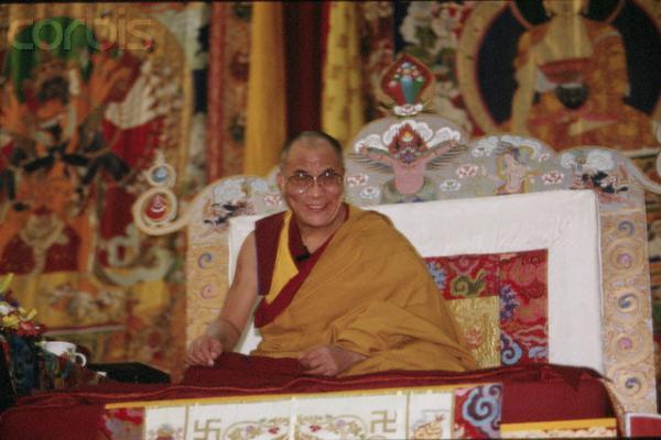 """Sua Santità il Dalai Lama: """"Tutti noi che ci siamo riuniti qui, come pure, in effetti, tutti gli esseri umani, ed anche tutti gli esseri senzienti, siamo accomunati da una tendenza naturale che ci contraddistingue fin dalla nascita: istintivamente siamo portati a cercare la felicità e ad evitare o superare la sofferenza""""."""