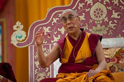 """Sua Santità il Dalai Lama: """"Il concetto di noi e di loro è da considerarsi completamente fuori luogo. Dobbiamo pensare a tutti come parte di noi stessi""""."""