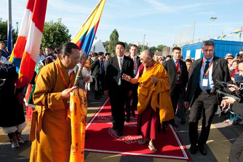 L\'arrivo di Sua Santitàil Dalai Lama nell\'aula degli insegnamenti.