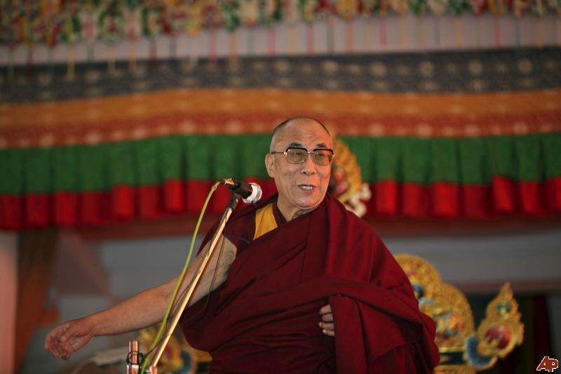 """Sua Santità il Dalai Lama: """"Cercate di generare grande forze e coraggio e determinarvi continuamente a portare gli esseri all'illuminazione. Anche se avete una piccola esperienza di bodhicitta questa può essere di grandissimo benefico e può portavi all'illuminazione suprema. Non abbiate nessun motivo egoistico quando state beneficiano gli altri""""."""