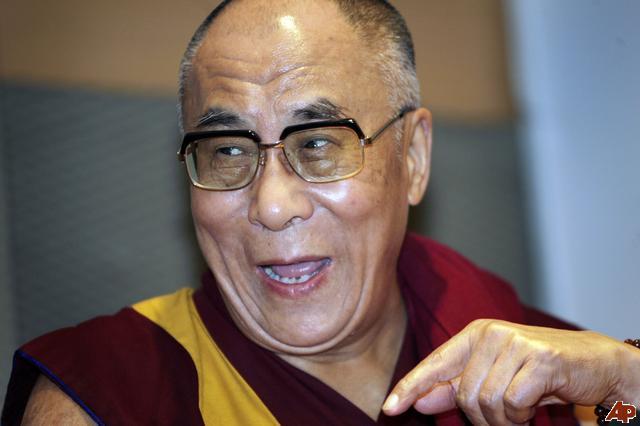 """Sua Santitàil Dalai Lama: """"Per poter praticare un sentiero completo e perfetto dobbiamo necessariamente avere un maestro qualificato e questo maestro diviene la radice vera e propria del sentiero che percorriamo""""."""