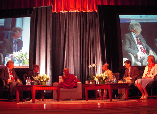 Sua Santità il Dalai Lama con alcuni dei partecipanti alla Tavola Rotonda all'Università di Harward