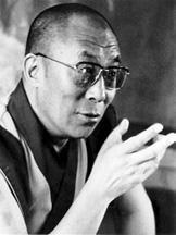 Sua Santità il Dalai Lama: Coloro che hanno sviluppato l'atteggiamento  di coltivare degli altri, li considerano molto più importanti di sé stessi e ritengono questo valore superiore a tutto. E, agendo in questo modo, essi stessi, tra l'altro, diventano molto felici.