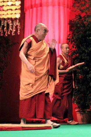 """Sua Santità il Dalai Lama a Tolosa: """"Dov'è l'errore su cui si basa la nostra infelicità? L'errore consiste proprio nel cadere nella trappola delle emozioni disturbanti""""."""