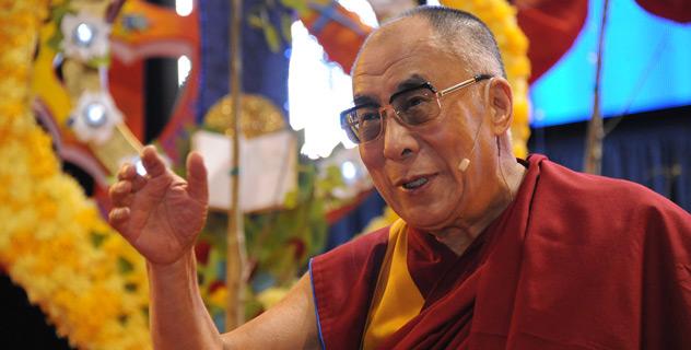 Sua Santità il Dalai Lama: Penso che [anche in questo caso], le persone che credono nei principi morali, indipendentemente dal fatto che credano o non credano ad una religione penso che nel lungo periodo, queste persone siano molto più felici, perché le loro azioni possono essere trasparenti, perché con principi morali potete parlare con sincerità, onestamente e come risultato potete agire in modo trasparente.