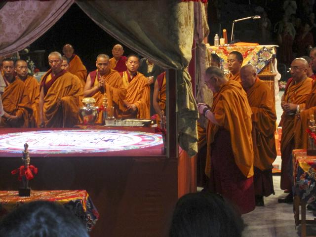 """Sua Santità il Dalai Lama Kalachakra Washington DC: """"Empatia verso gli altri, provate a pensare di beneficiare gli altri, il beneficio principale lo riceviamo noi dal pensare a questo modo""""."""