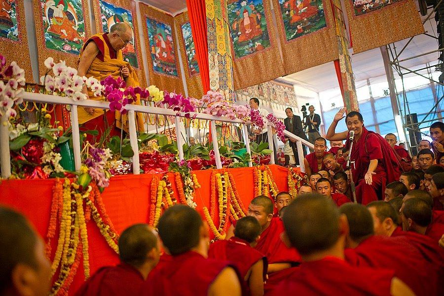 Sua Santità il Dalai Lama: La forza delle benedizioni non deriva dal lama ma dalla propria mente. Così come il Buddha disse: medita il sentiero che insegno, in questo modo ottieni le realizzazioni. Per cui si tratta di una responsabilità personale.