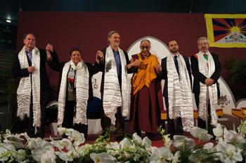 """Sua Santità il Dalai Lama ad Udine il 22.05.12 coi relatori dell'Incontro inter-religioso """"Ruolo delle religioni nella promozione della giustizia, la pace e la protezione dell'ambiente"""""""