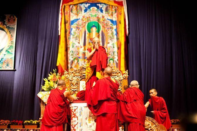 Sua Santità il Dalai Lama: All'inizio l'ignoranza concepisce un sé che non esiste, poi sulla base dell'attaccamento e dell'odio, sviluppiamo le nostre azioni, ed ecco che creiamo karma contaminato.