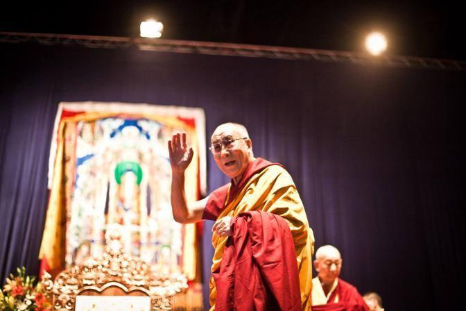 Sua Santità il Dalai Lama: Proviamo a fare del 21° secolo il secolo del dialogo. Il dialogo risolve i conflitti e si basa sul rispetto della vita degli altri, sul rispetto e sul diritto a non soffrire.
