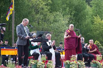Sua Santità il Dalai Lama commemora il suo amico Heinrich Harrer ad Huttemberg, il suo paese natale. interdipendentemente. Perciò, l'ignoranza che fa percepire i fenomeni come esistenti per natura propria, e' possibile eliminarla generando la saggezza che comprende la possibilità di ottenerla: cessazione - origine e sentiero.