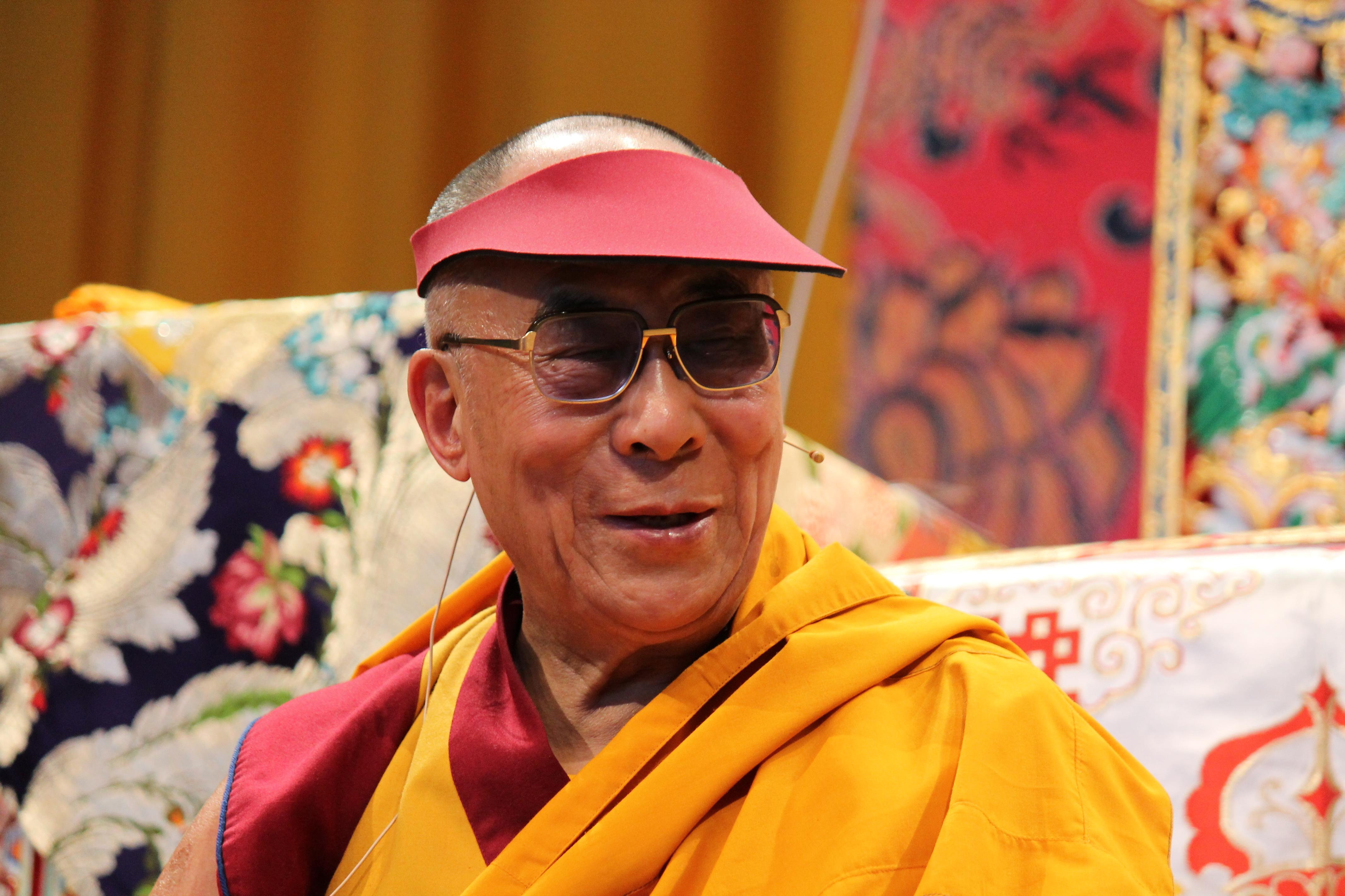 """Sua Santità il Dalai Lama: Cosi si sentiva rispondere Dromtompa da Lonchempa: """"Non ti curare se non ci sarò più! Considera come maestro i testi, i trattati. Non seguire dei cosiddetti maestri che si esprimono in disaccordo con le scritture""""."""