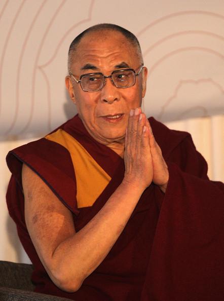 Sua Santità il Dalai Lama: Laicamente parlando, abbiamo bisogno di coltivare la nostra mente; abbiamo bisogno di coltivare l'etica laica. Sei miliardi di persone su questo pianeta devono farlo.