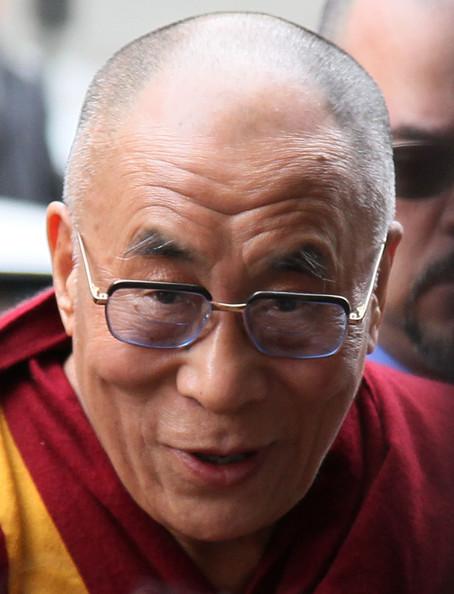 Sua Santità il Dalai Lama: Un esempio in questo nostro tempo è stata la scomparsa Madre Teresa che ha dedicato la sua vita alla cura degli indigenti. Ha esemplificato l'ideale descritto in questo verso.