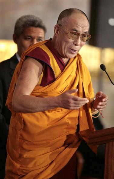 Sua Santità il Dalai Lama: Il Bodhisattva, nel momento in cui realizza direttamente la vacuità, realizza anche la bodhicitta per tutti glie esseri senzienti. La bodhicitta che realizza direttamente la vacuità è la Bodhicitta ultima. Una delle cause principali per raggiungere il corpo di Buddha.