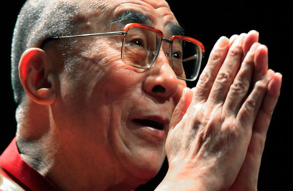 Sua Santità il Dalai Lama: La transitorietà implica l'eliminazione, la liberazione. Il presente, in termini di tempo, è solo un istante. Il presente è solo un attimo perché futuro, per definizione, è ancora da venire ed il passato è comunque trascorso.