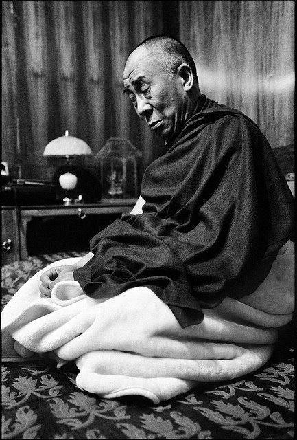 Sua Santità il Dalai Lama, Le Quattro Nobili Verità: Sulla base dell'attaccamento alla vera esistenza sviluppiamo tutti i generi di menti disturbanti negative, il che crea un gran karma negativo.