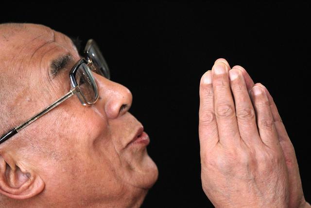 Sua Santità il Dalai Lama: Ogni falsità non è fondata, non ha una base, ma, se investigate di più, non c'è verità. La verità significa realtà, realtà è in opposizione a menzogna. Certe volte la falsità sembra più forte della verità. Ma poi, la verità prende il sopravvento. Ci sono delle grandi forze che fanno sì che la verità alla fine prenda il sopravvento, sono le forze della ragione.