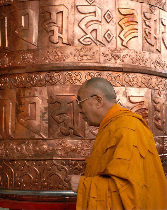 Sua Santità il Dalai Lama: La natura di sofferenza delle cose, tutto ciò manifesta la sofferenza della nascita, la sofferenza del decadimento e la sofferenza della morte. Come una bolla che cresce ed a un certo punto scoppia. Le illusioni hanno questa stessa prerogativa.