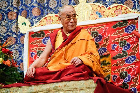 Sua Santità il Dalai Lama: Il Buddha ha evitato di cadere negli estremi, dicendo che le cose non esistono in quanto tali, pur esistendo come designazione. In questo modo evitiamo di cader nel nichilismo e, comprendendo la natura ultima delle cose, evitiamo di cadere nell'eternalismo.