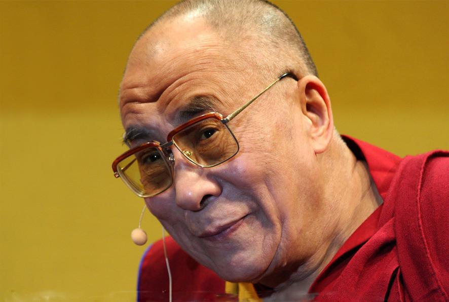 Sua Santità il Dalai Lama: Dovremmo appunto leggere questi versi con la consapevolezza di ricevere la trasmissione di una sequenza vera e profonda e non semplicemente leggendo dei versi.