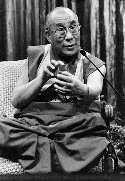 Sua Santità il Dalai Lama: Proteggere qualcuno dalla paura o dal pericolo è il dono del coraggio.