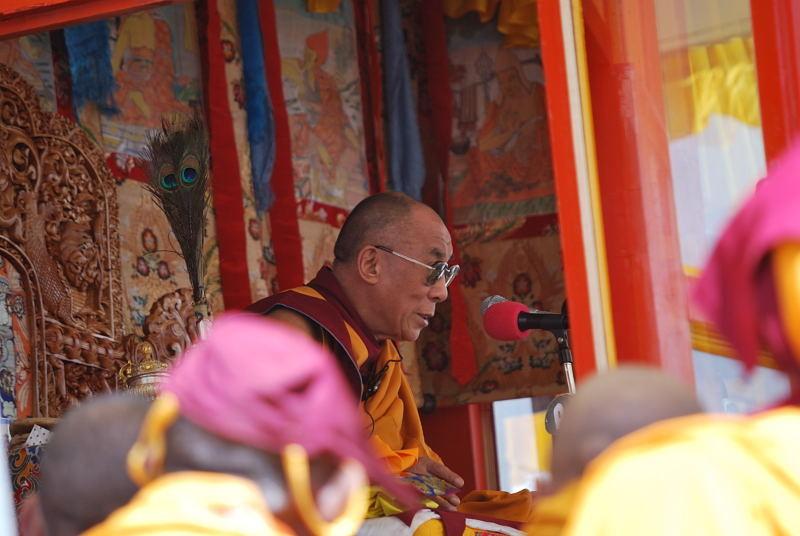 Sua Santità il Dalai Lama: Chiedetevi che cosa potete dare a questa società da cui dipendete ancora.