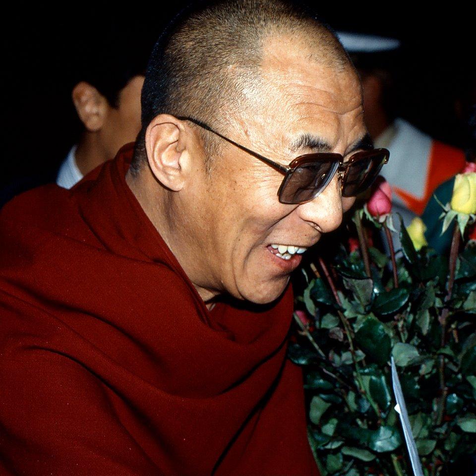 """Sua Santità il Dalai Lama: """"Se dunque vogliamo difendere la vita e, più in particolare, i cinque miliardi di vite preziose che si affollano in questo momento sul pianeta, se vogliamo donare loro un po' più di prosperità, di giustizia, di felicità, dobbiamo proibirci di accrescerci numericamente. Non è logico?"""""""