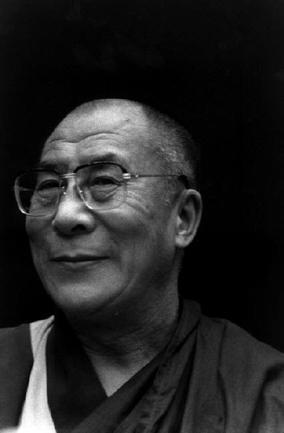"""Sua Santità il Dalai Lama: """"La flessibilità proviene anzitutto dall\'esperienza. È vero, la nostra esperienza è antica e molto ricca. Ci ha permesso di valutare i pericoli dell\'isolamento, l\'inutilità dell\'autorità dogmatica, la vanità dell\'integralismo. Le ripeto, noi accertiamo dapprima i fatti, poi cerchiamo di analizzare le cause che hanno prodotto questi fatti, e le condizioni nelle quali essi si sono verificati. Senza perdere di vista un solo istante l\'interdipendenza e la transitorietà. Infine, se necessario, cambiamo atteggiamento."""""""