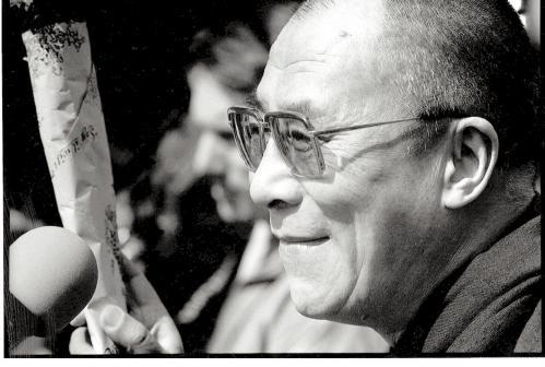 """Sua Santità il Dalai Lama: """"Il preteso controllo della popolazione, obbligatorio in Tibet come, dicono, nel """"resto della Cina"""", dissimula una colonizzazione forzata e molto efficace. Sul territorio dell'antico Stato indipendente del Tibet, gli occupanti cinesi sono oggi più numerosi dei tibetani d'origine."""""""
