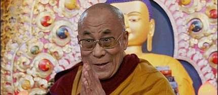 Sua Santità il Dalai Lama: L'indifferente, che non si preoccupa né del bene altrui né delle cause della propria felicità futura, può soltanto preparare la propria infelicità.
