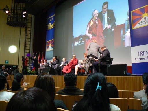 Sua Santità il Dalai Lama: Se siete angosciati perché non avete nessuna fiducia in voi stessi e pensate che niente di quello che fate riuscirà, fermatevi a riflettere un momento. Cercate di capire perché vi considerate perdenti fin dall'inizio.Non troverete nessuna spiegazione valida. Il problema nasce dal vostro modo di pensare, non da una reale incapacità.