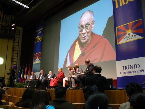Sua Santità il Dalai Lama: Siamo un po' come studenti i quali, bocciati a un esame, non vogliono ammettere che studiando di più avrebbero potuto sostenerlo con successo. Ce la prendiamo con qualcuno, dichiariamo che le circostanze si sono alleate contro di noi. Ma l'aggiunta di questa seconda sofferenza alla prima non peggiora forse la situazione?