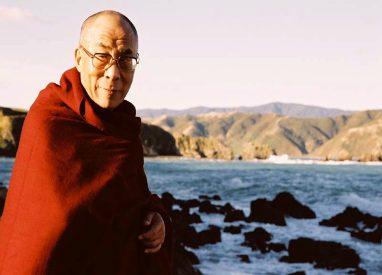 Sua Santità il Dalai Lama:Per coltivare una genuina bodhicitta, dovete usare i metodi appropriati e le conseguenti istruzioni. Ci sono due principali gruppi di istruzioni, il metodo di causa ed effetto in sette punti e il metodo di scambiare noi stessi con gli altri.