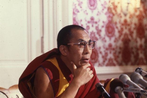 Sua Santità il 14° Dalai Lama: Se possiamo, dobbiamo vivere in solitudine, se non ci è possibile, in un monastero, vivendo così in un modo giusto, del quale possiamo rallegrarci noi stessi e gli altri, il che è molto positivo.