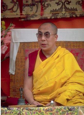 Sua Santità il Dalai Lama: Benché da tempo senza inizio si abbia attaccamento per il proprio corpo, per mezzo della corretta meditazione i saggi riescono ad eliminarlo.