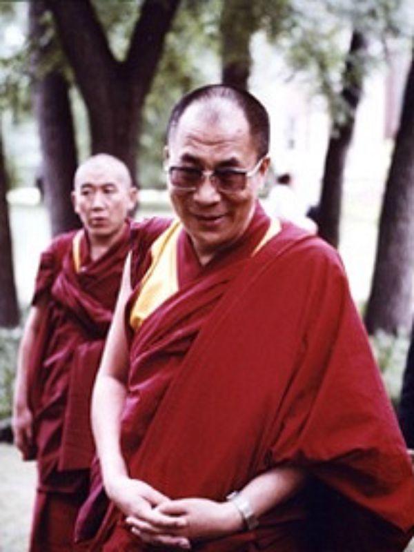 Sua Santità il Dalai Lama: Non si dovrebbe avere attaccamento per le usanze sociali.